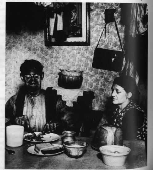 bill-brandt-northumberland-miner-at-his-evening-meal-1937